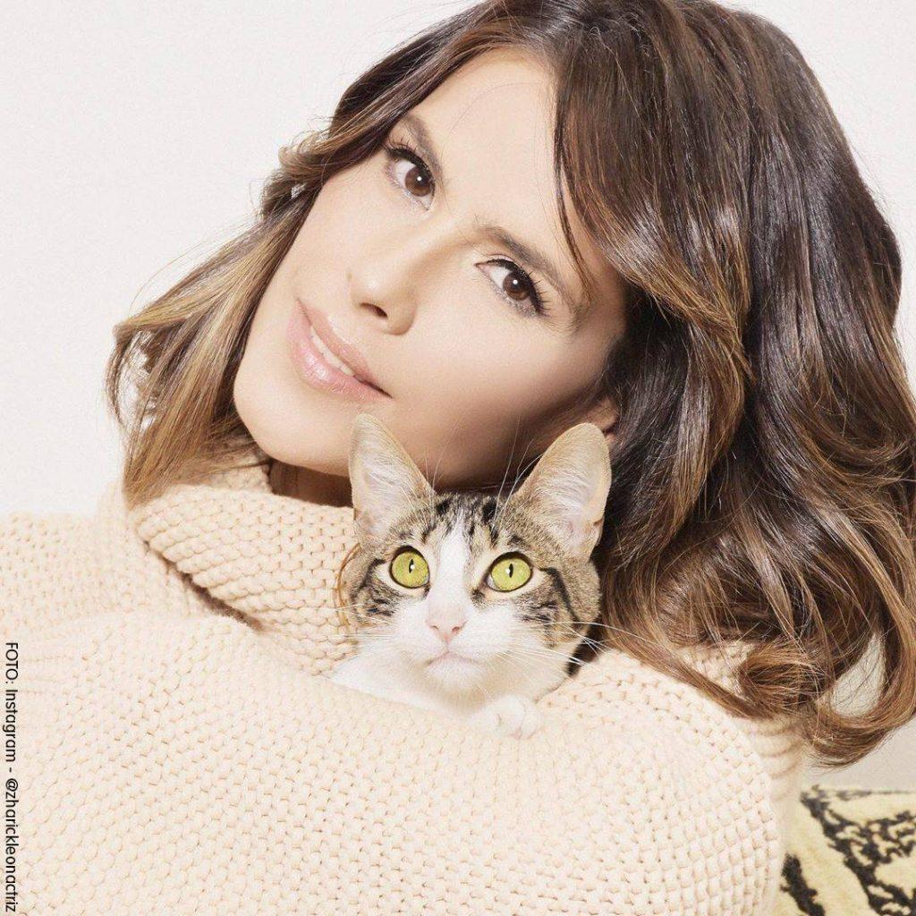 Foto de Zharick León con su gato entre los brazos