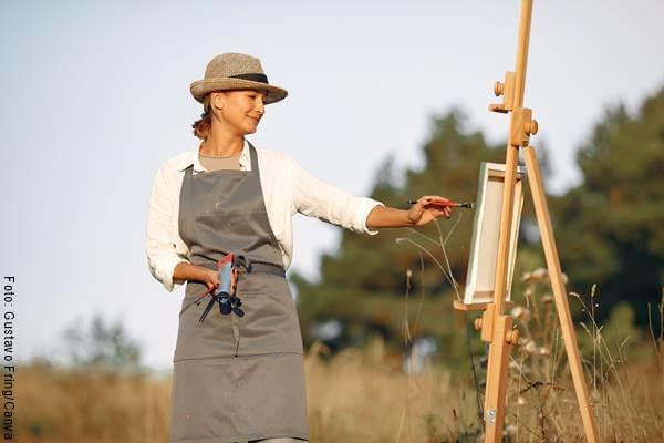 Foto de una mujer pintando para ilustrar las lecciones que deja el coronavirus