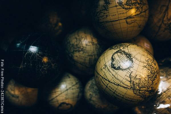 Foto de varios globos terráqueos