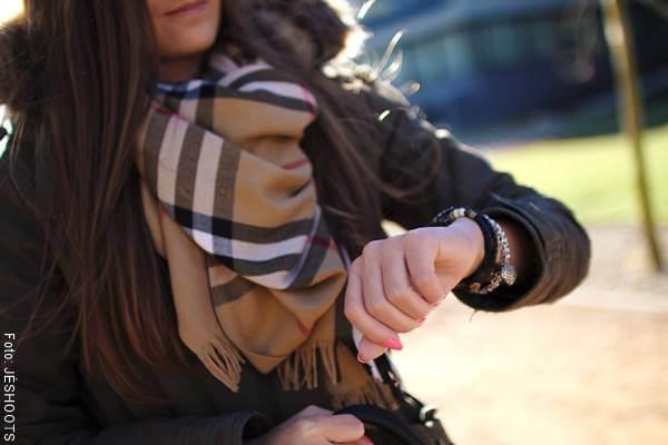 Foto de una mujer mirando el reloj de pulsera