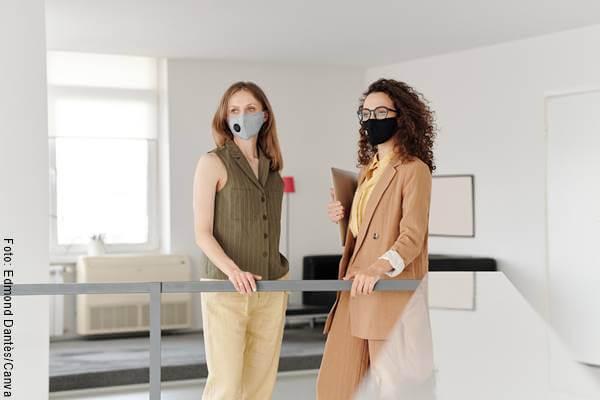 Foto de dos mujeres con tapabocas