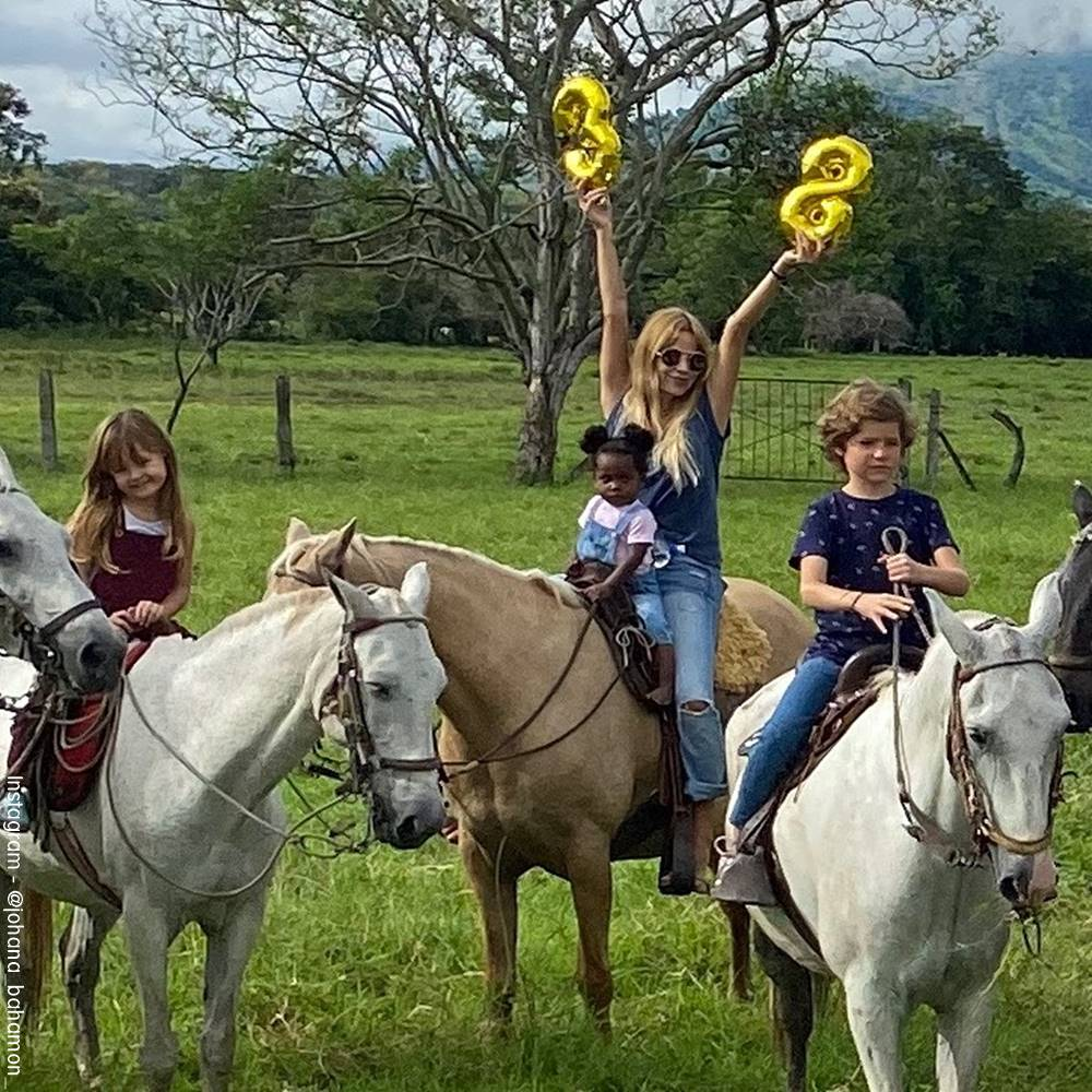Foto de Johana Bahamón celebrando su cumpleaños con sus hijos montando caballos