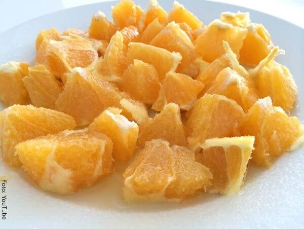 Foto de una naranja cortada en cuadritos