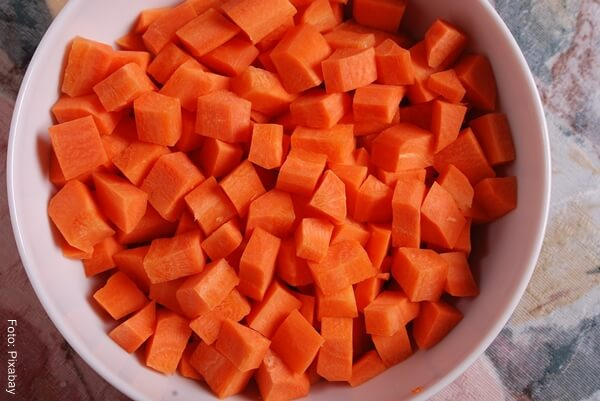 Foto de una zanahorita cortada en cuadritos