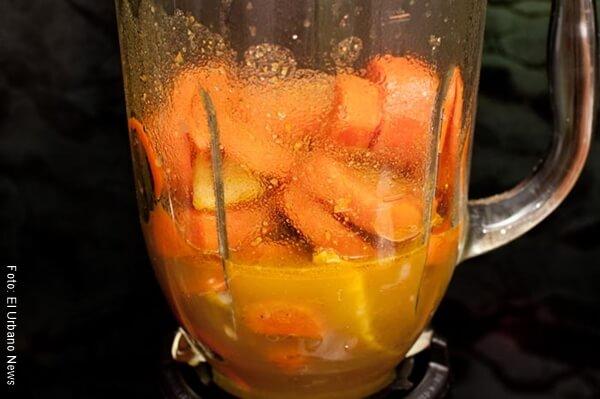 Foto de naranja con zanahoria en una licuadora