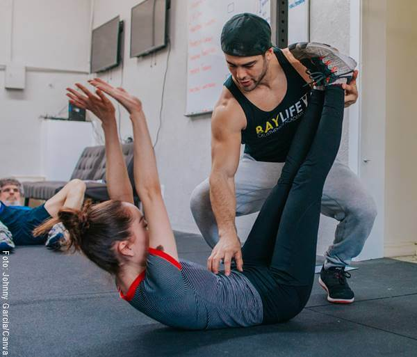 Foto de una mujer haciendo ejercicio con entrenador