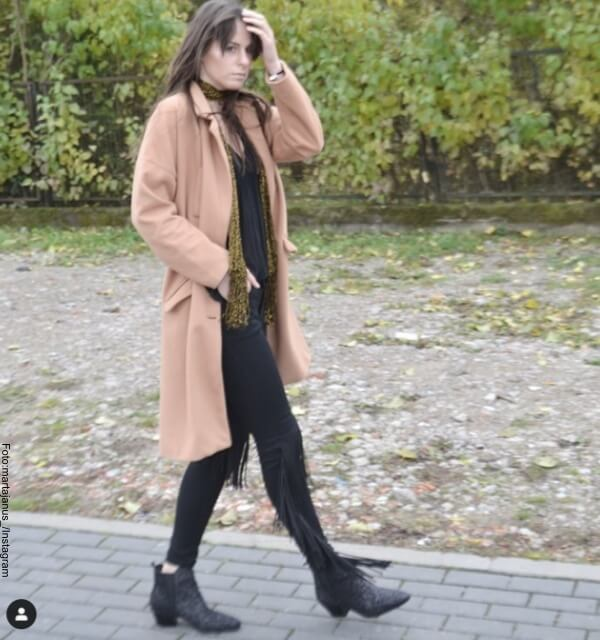 Modelo con pantalones de flecos