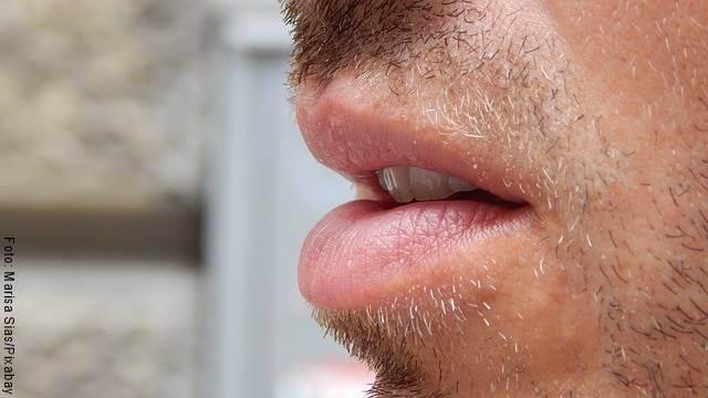 Foto de los labios de un hombre levemente abiertos
