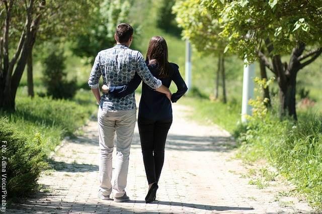 Foto de pareja caminando y abrazados