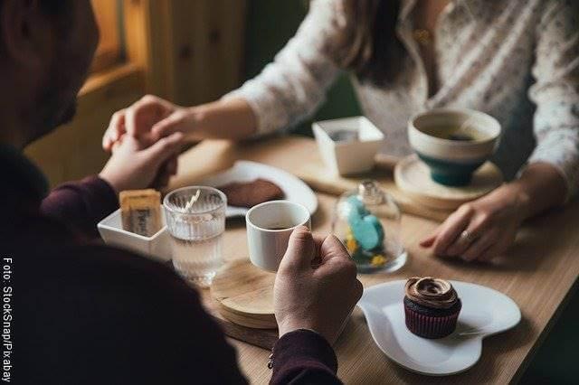 Foto de una pareja tomando café