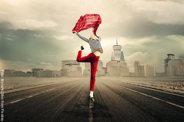Foto de una chica de pie