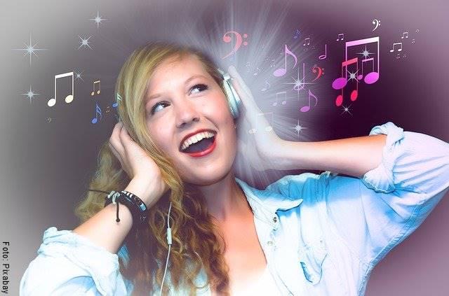Foto de una chica cantando