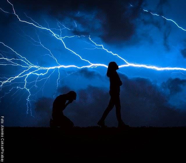 Foto de pareja terminando co tormenta de fondo