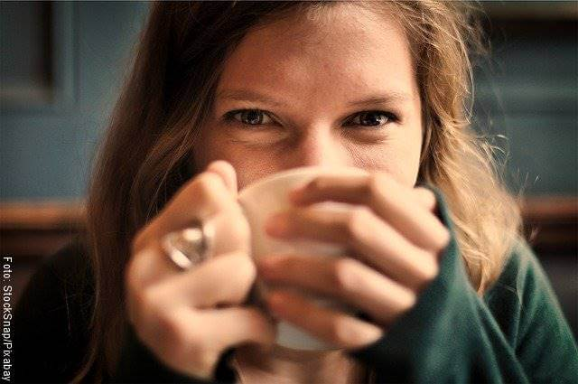 Foto de mujer tomando café