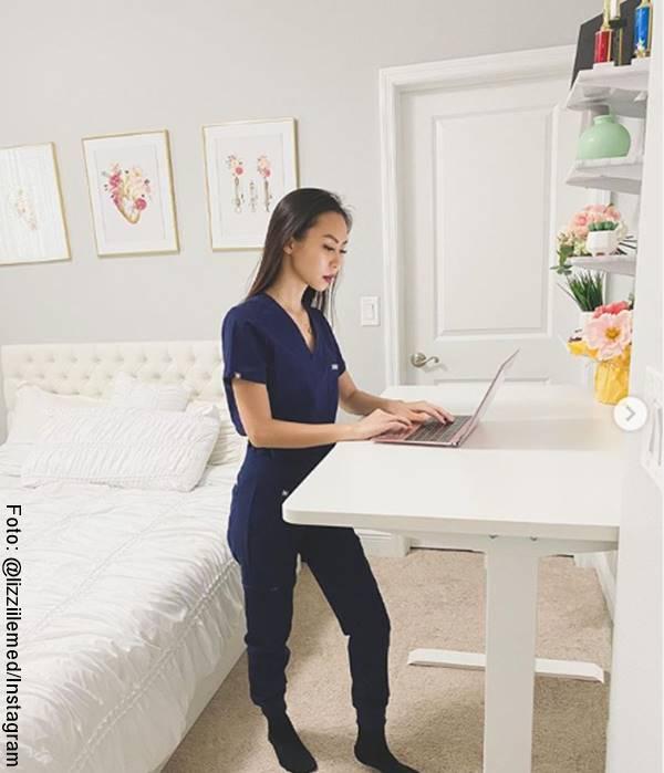 Foto de mujer trabajando en escritorio de pie