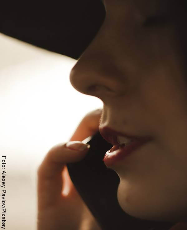 Foto de mujer hablando por teléfono