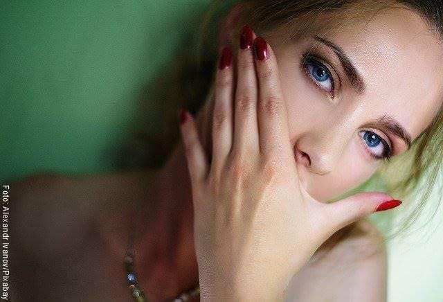 Foto de una mujer tampandose la boca para ilustrar las cosas que jamás debes decirle a tu novio