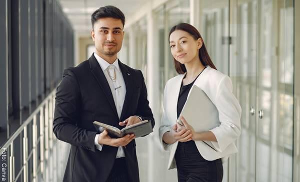 Foto de una pareja en una oficina
