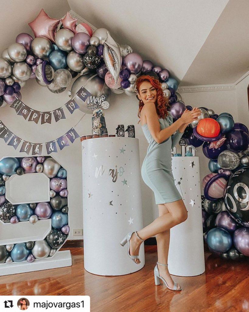 Majo Vargas posando junto a la decoración de su cumpleaños.