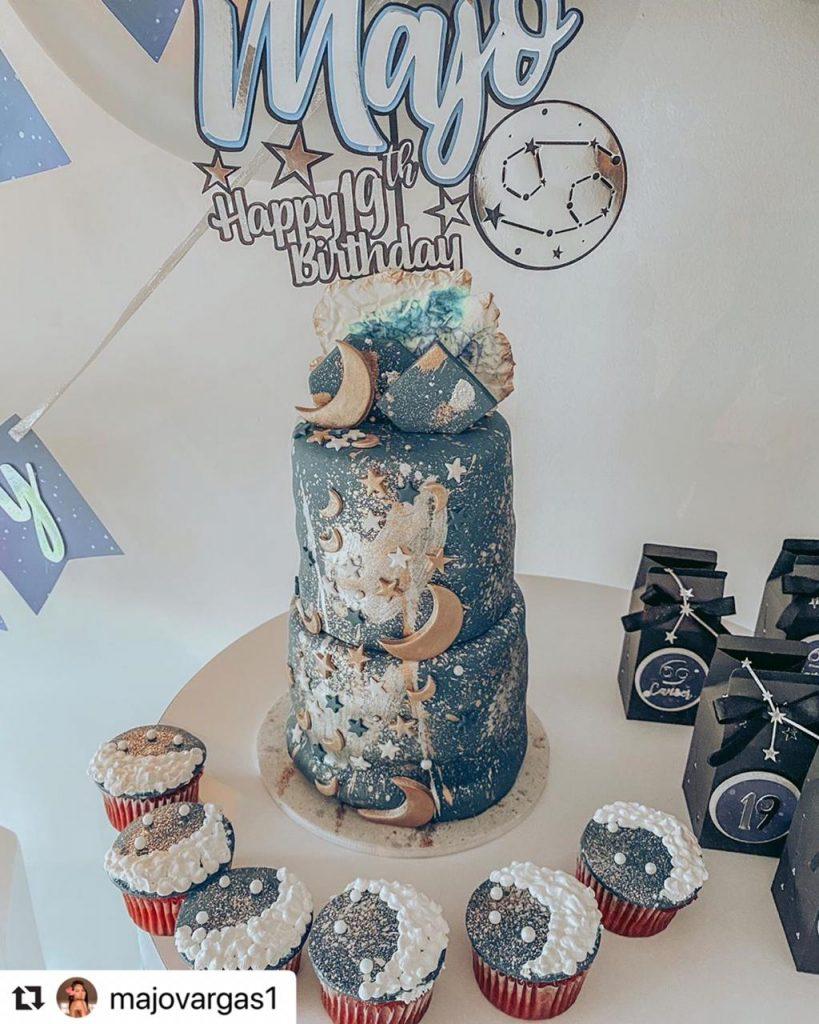 La hermosa torta de cumpleaños de Majo Vargas, decorada con lunas y estrellas.
