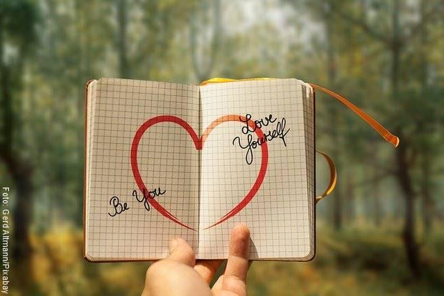 Foto de un cuaderno con un corazón dibujado