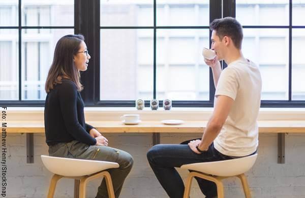 Foto de una pareja sentados tomando café