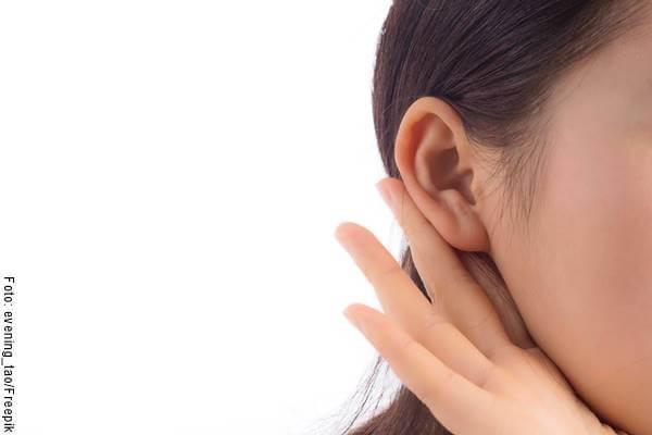 Foto de la oreja de una mujer escuchando