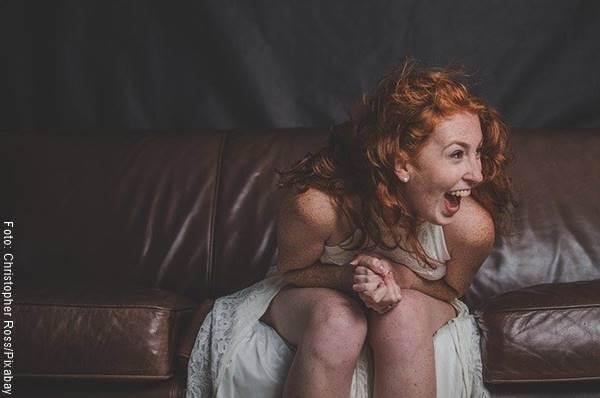 Foto de una mujer riéndose