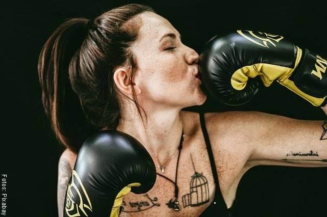 Foto de una chica practicando boxeo