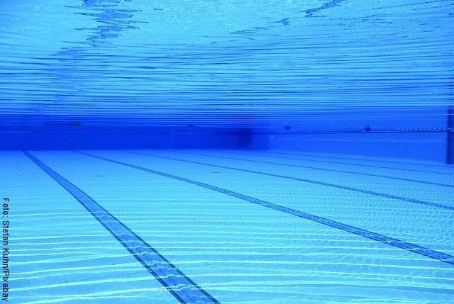 Foto debajo de una piscina