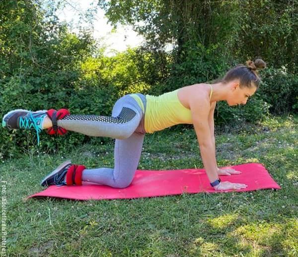 Foto de una chica haciendo elevación lateral de cadera