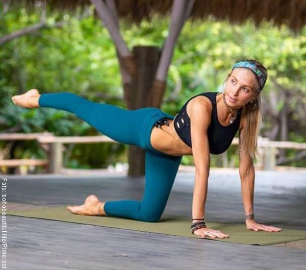 Foto de una chica haciendo ejercicio para la cola