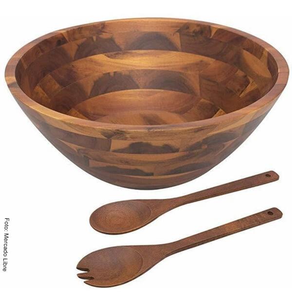 Foto de un bowl, una cuchara y un tenedor de madera