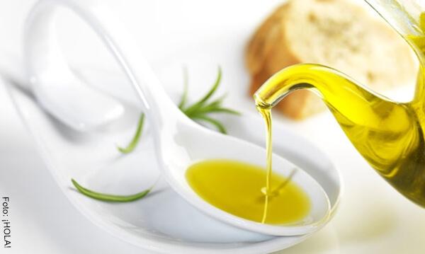 Foto de un chorro de aceite de oliva