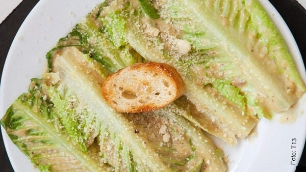 Foto de Ensalada César, receta original y deliciosa en un plato blanco