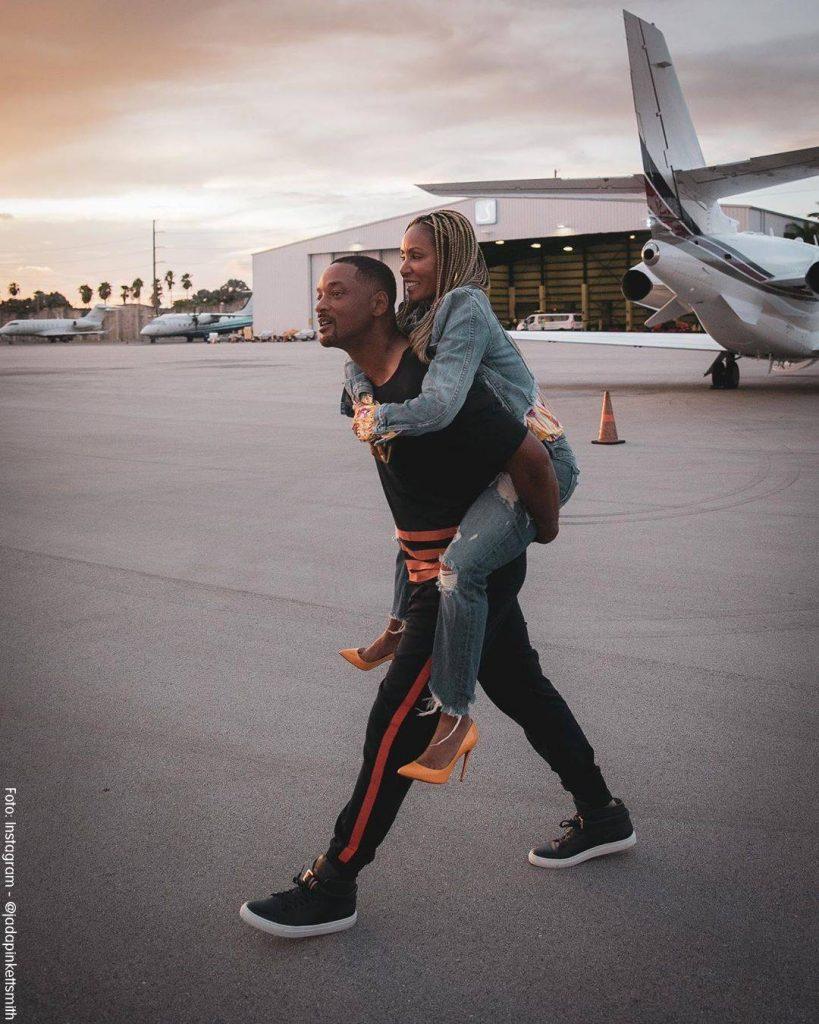 Foto de Will Smith llevando a Jada en su espalda en un aeropuerto