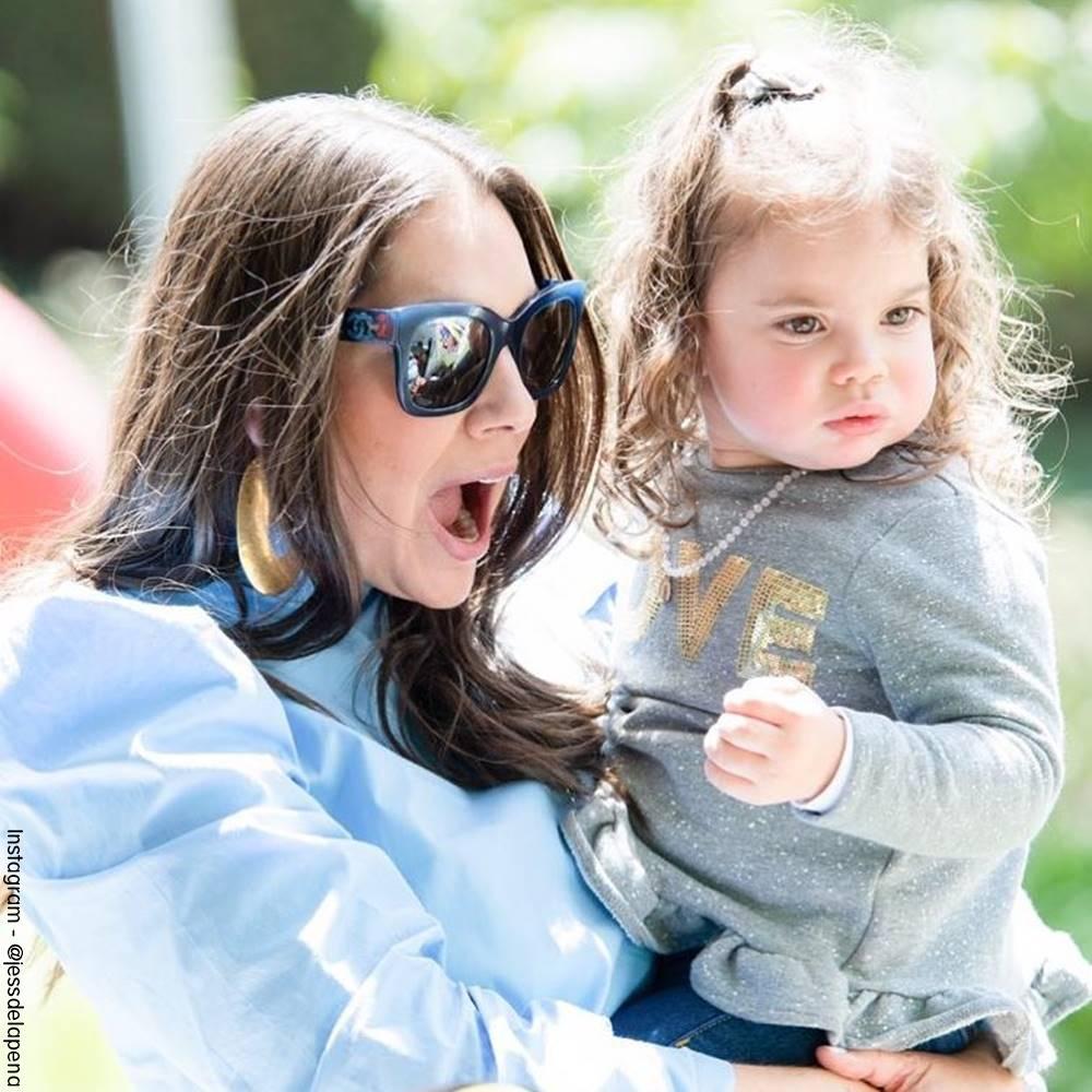 Foto de Jessica de la Peña con su pequeña hija en sus brazos