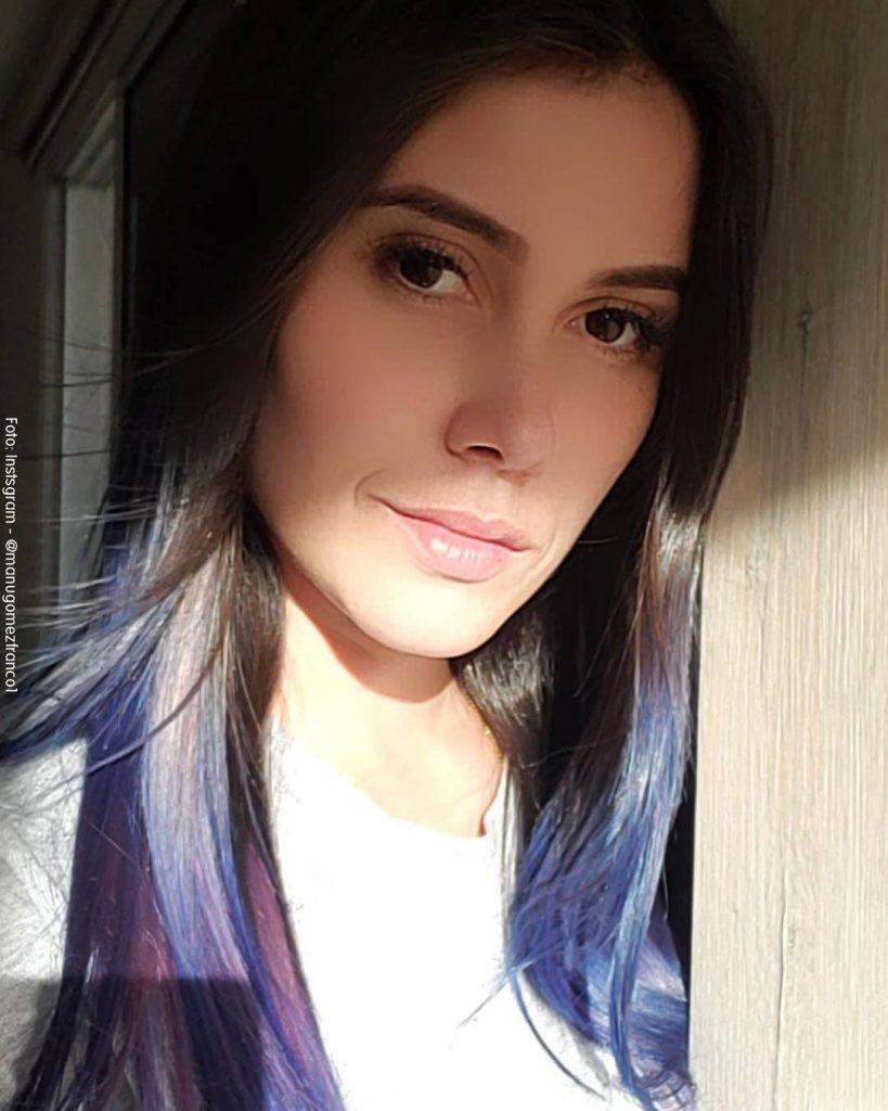 Foto de Manuela Gómez luciendo su color de pelo azul de frente al sol
