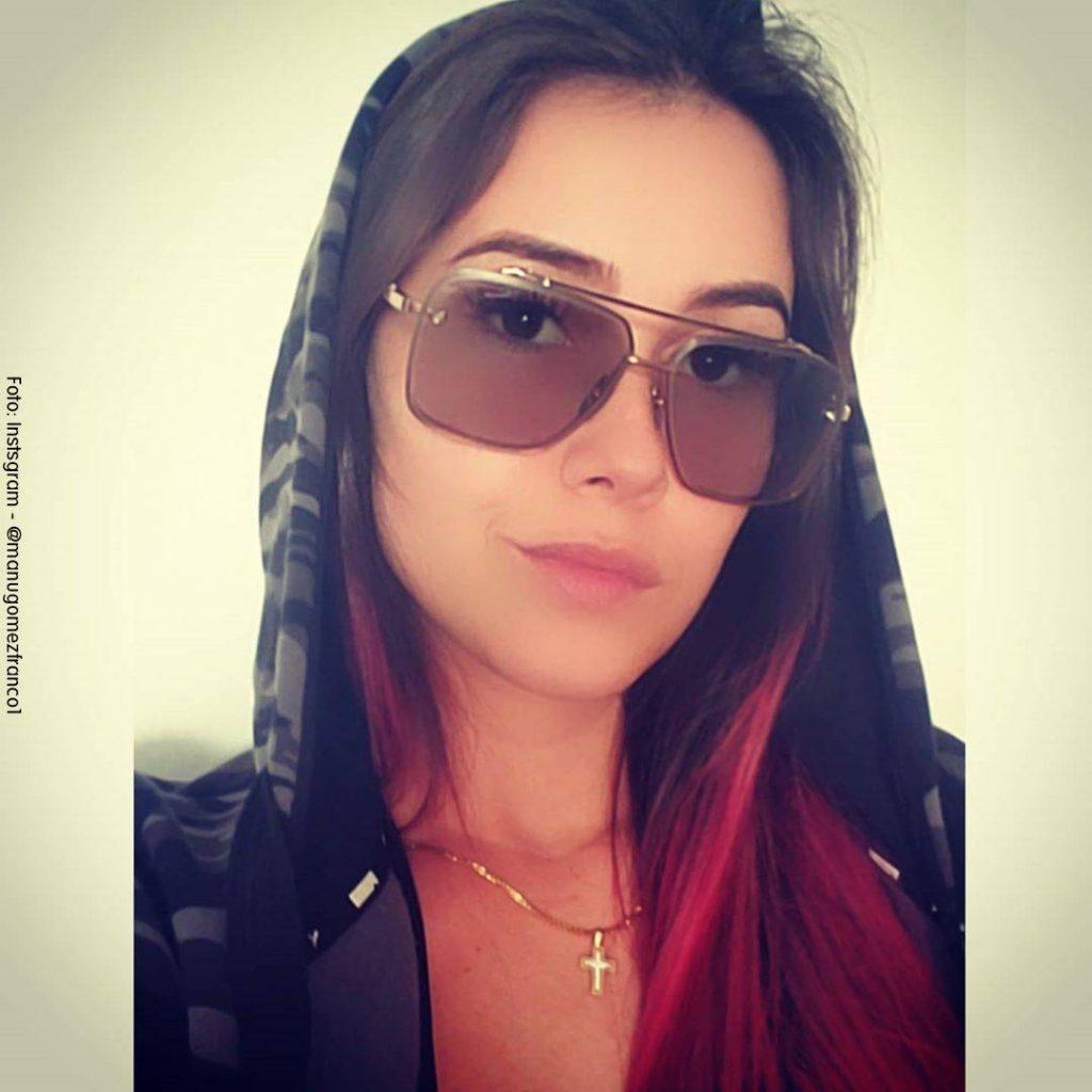 Foto de Manuela Gómez con su pelo rojo y gafas oscuras