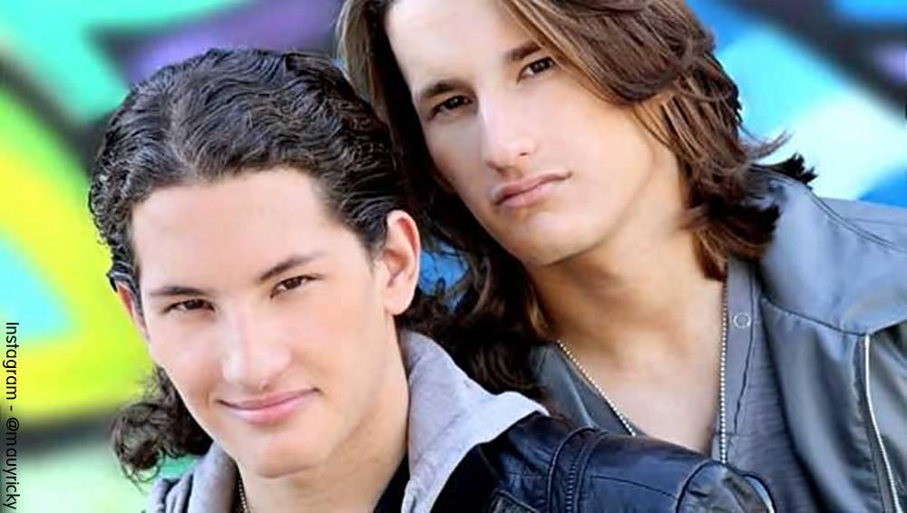 Foto de Mau y Ricky jóvenes con el pelo largo y sin barba