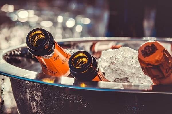 Foto de unas botellas de cerveza en hielo para ilustrar las mentiras típicas de hombres infieles