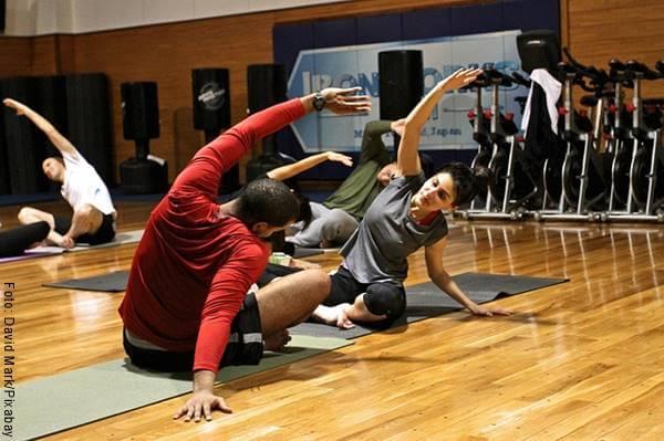 Foto de una pareja haciendo ejercicio en el gimnasio