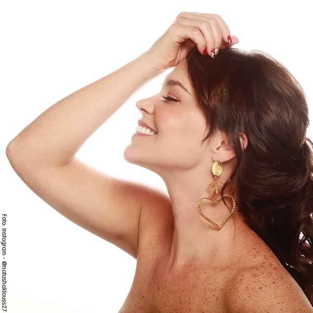 Foto de Natasha Klauss mostrando suu hombros descubiertos luciendo sus lindas pecas en el cuerpo