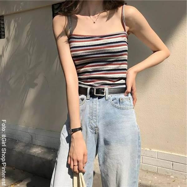 Foto de mujer con blusa a rayas horizontales
