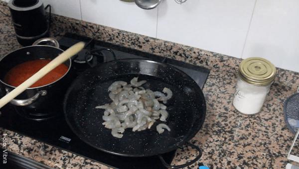 Foto de algunos langostinos salteados en un sartén