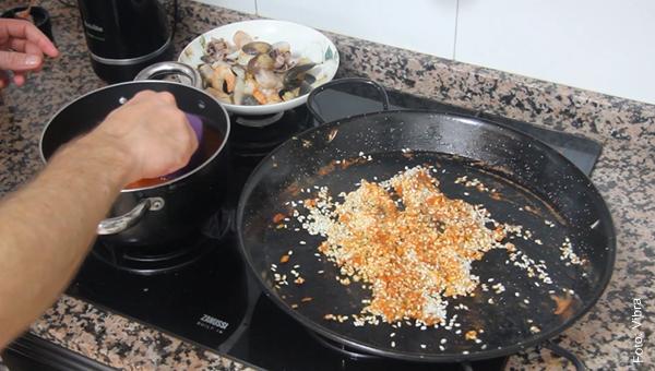 Foto de arroz en un sartén para preparar paella de mariscos