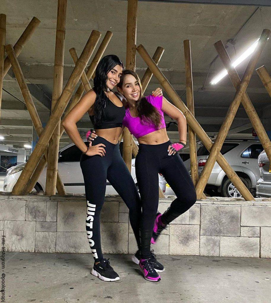 Foto de Paola Jara y su hermana María en ropa deportiva