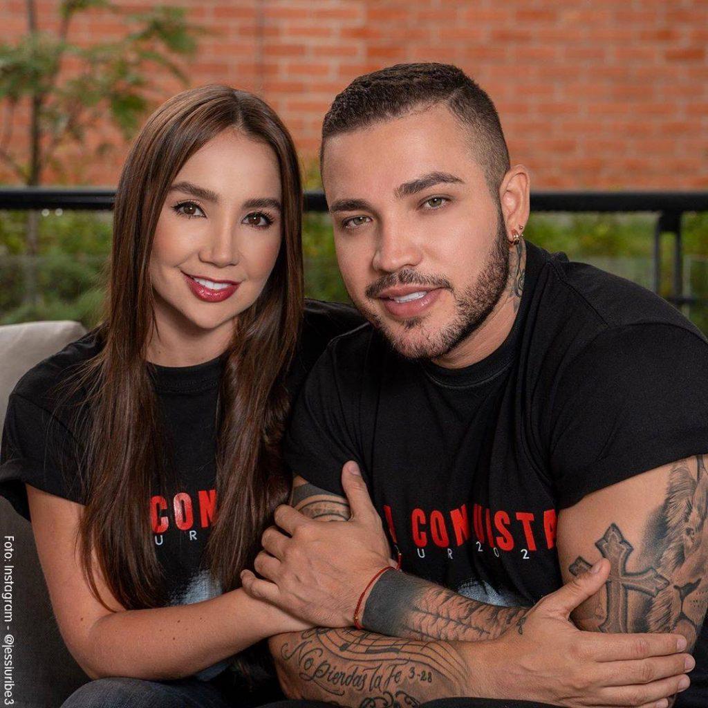 Foto de Jessi Uribe y Paola Jara juntos con camisetas negras