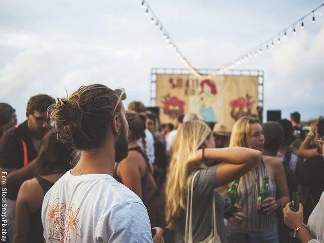 Foto de un joven en una fiesta rodeado de chicas
