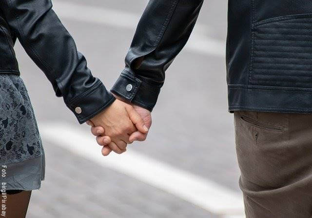 Foto de una pareja tomada de las manos